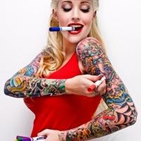 Trop tatouée, elle c'est une fausse PinUp!